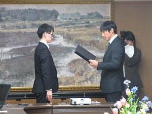 小野副知事より表彰を受ける牧君